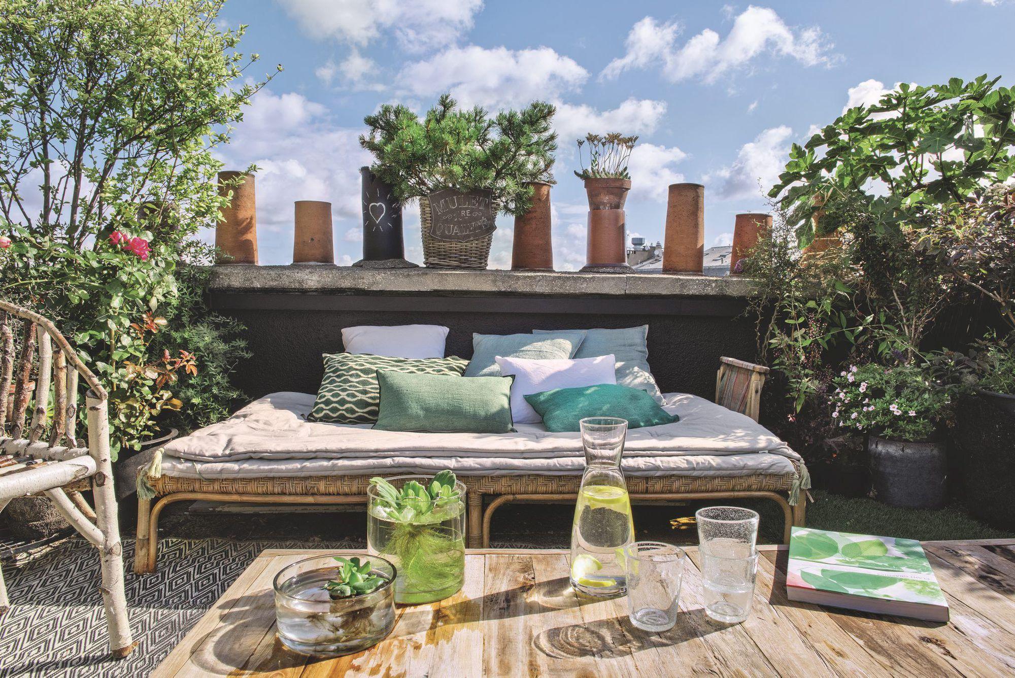 banc-lit-exterieur-sur-grand-balcon-parisien-fleuri_5583889.jpg